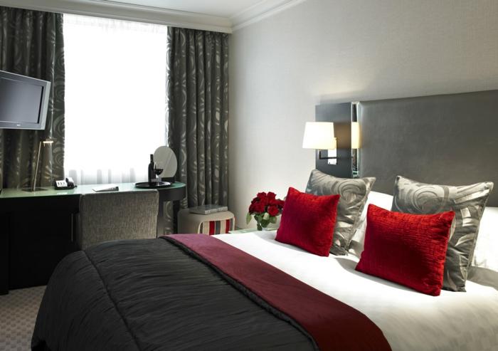 Großes-Bett-rote-Kissen