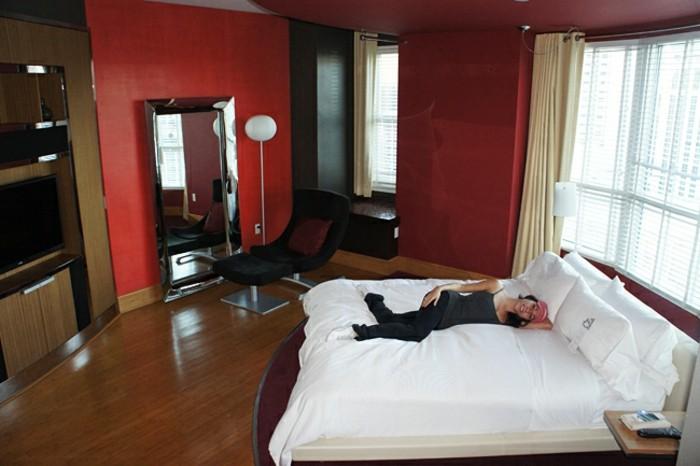 Großes-Bett-rote-Wände