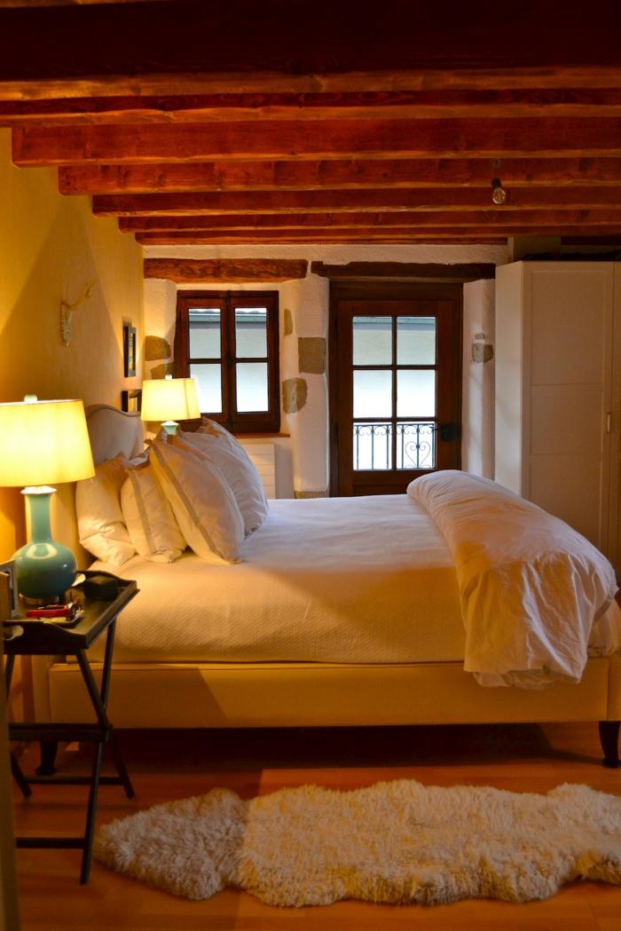 Großes-Bett-teppich-balken