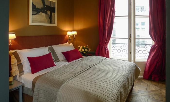 Großes-Bett-wände-ockerfarbe-rosige-gardinen