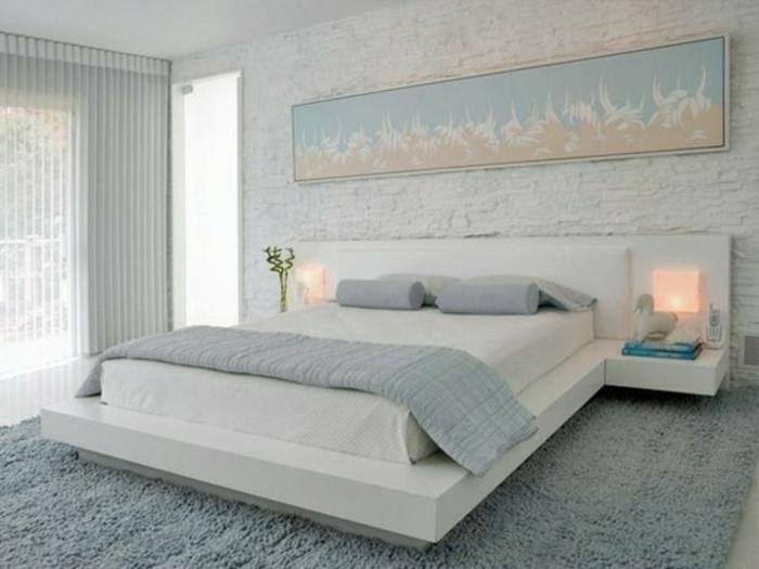 Großes-Bett-weiß-jalousien-ziegelwand