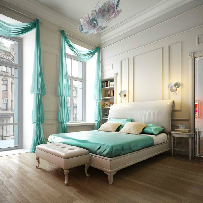 Großes-Bett-weißes-schlafzimmer-blaue-gardine