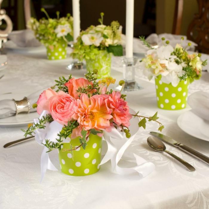 Hochzeit-tischdekoration-grün-weiße-punkte