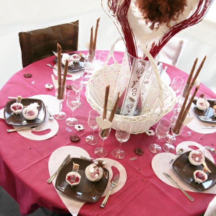 Hochzeit-tischdekoration-herzen-rosige-tischdecke