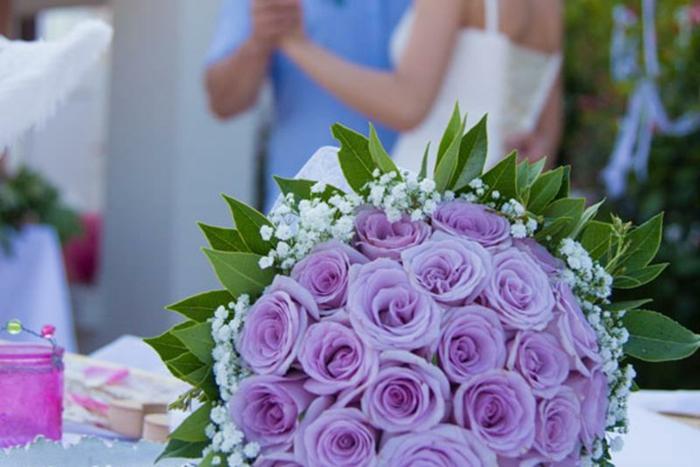 Hochzeit-tischdekoration-lila-rosen
