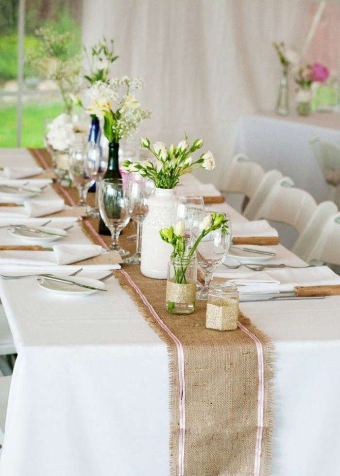... Tischdekoration weiße Tischdecke Tischläufer und blumenvasen