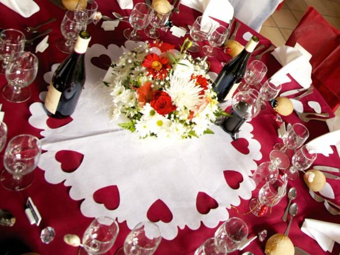 Hochzeit-tischdekoration-rote-und-weiße-Tischdeke
