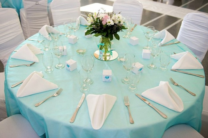 Hochzeit-tischdekoration-rund-blau-tischdecke