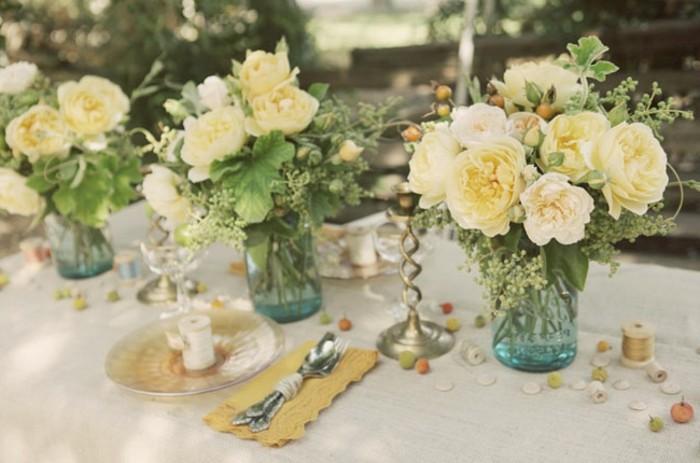Hochzeit-tischdekoration-viele-blumen