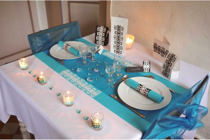 Hochzeit-tischdekoration-vier-kerzen-hell-blau