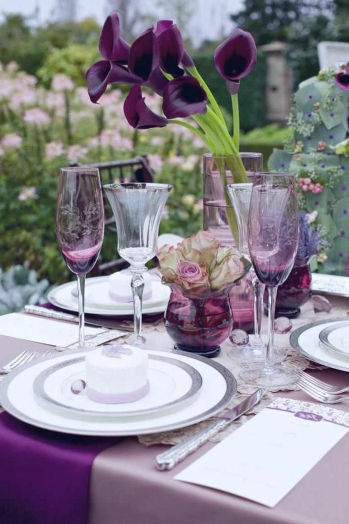 Hochzeit-tischdekoration-violet-satin-blumen