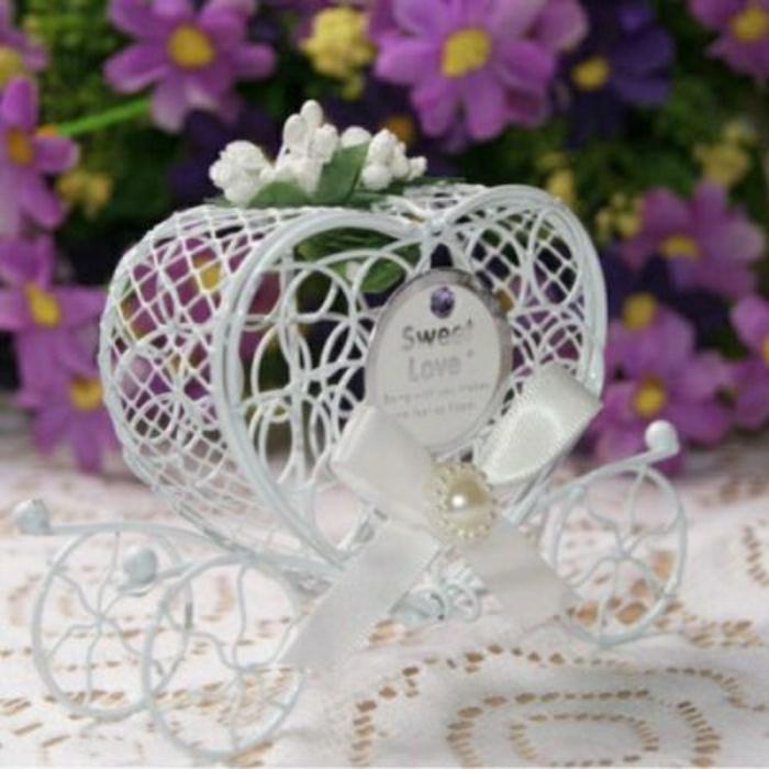 Hochzeit-tischdekoration-weiß-band