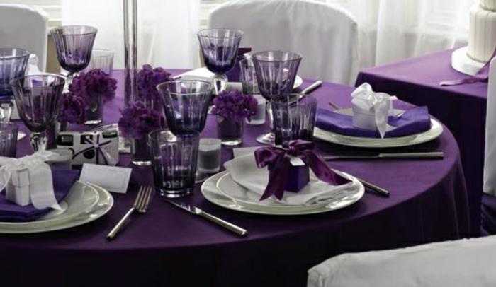 Hochzeit-tischdekoration-weiß-und-violet