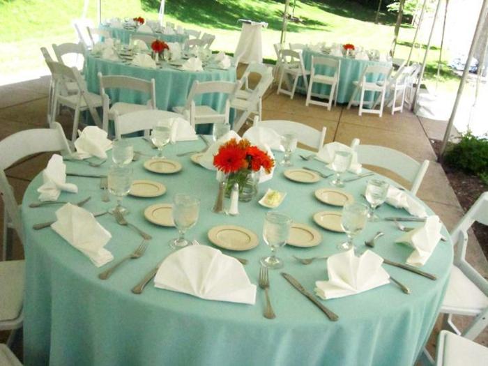 Hochzeit-tischdekoration-weiße-Servietten-rote-blumen
