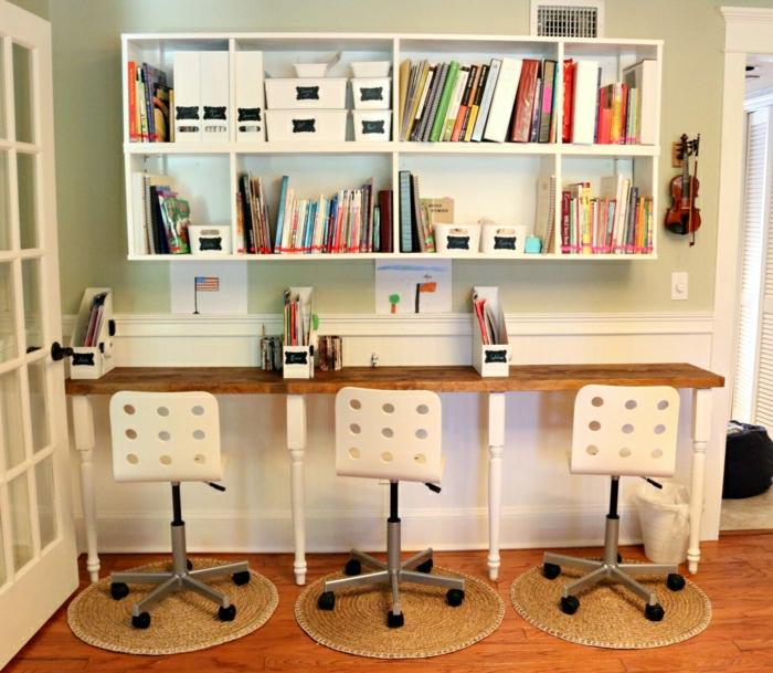 Ike-Möbel-Schreibtisch-drei-Plätze-Stühle-interessantes-Design-Bücherregale-Violine