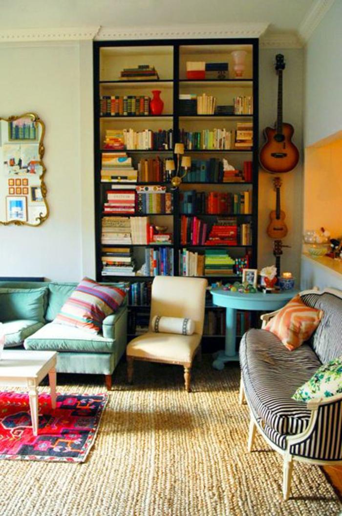 Jugendzimmer-künstlerische-Gestaltung-Gitarren-Boho-Chic-Einrichtung-kleine-gestreifte-Couch