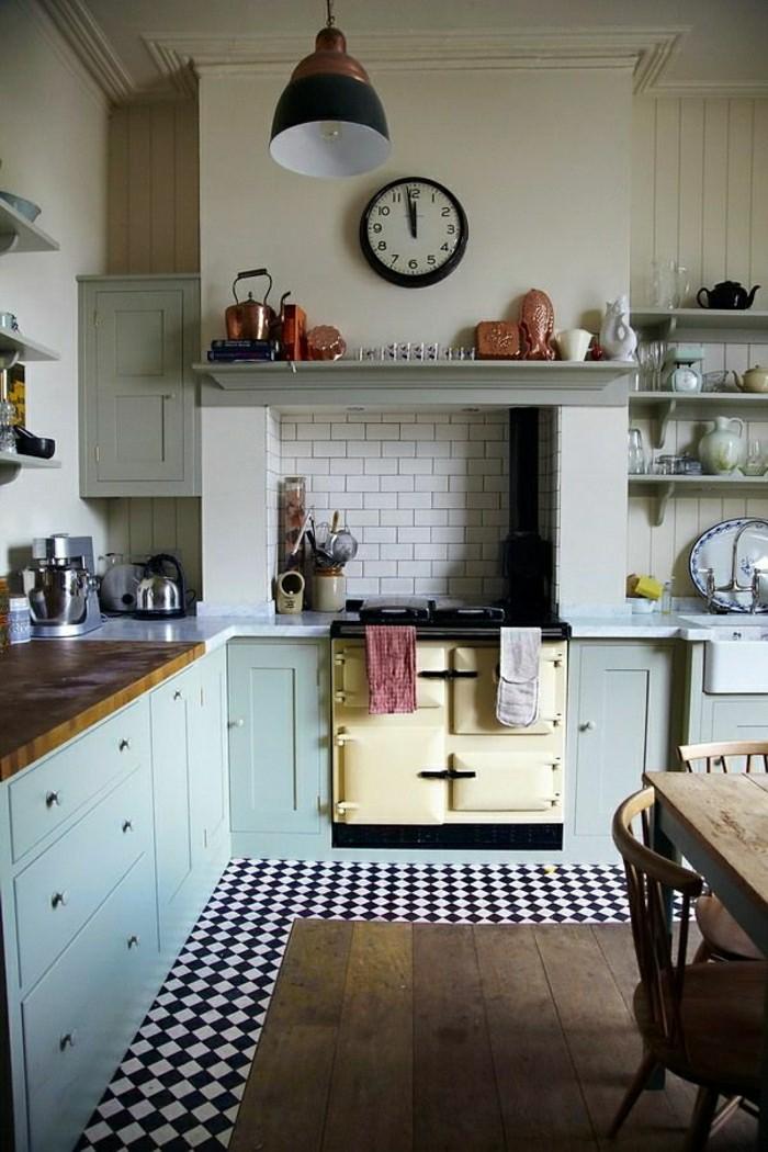 Küche-gemütlich-alte-Wanduhren-industrielle-Lampe-blaue-Unterschränke