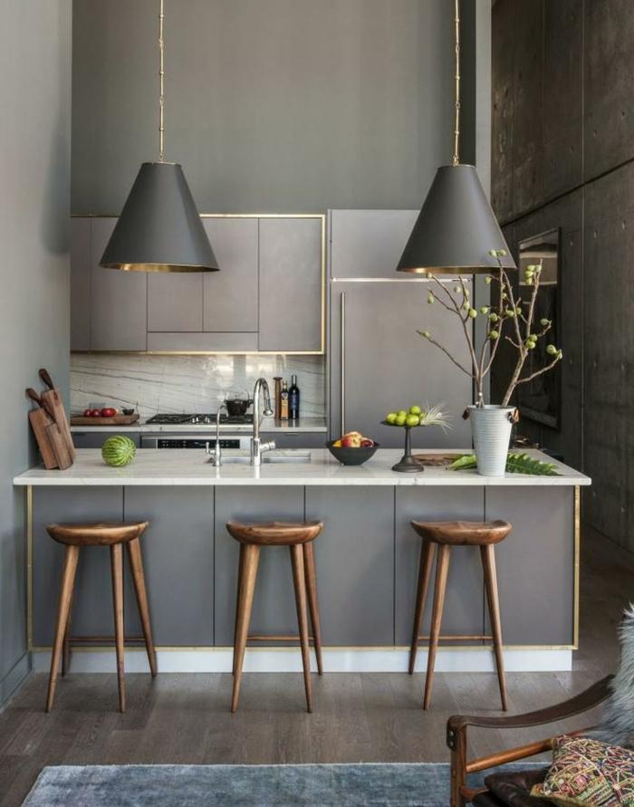 Küche-graues-Interieur-elegantes-Design-hölzerne-Barhocker