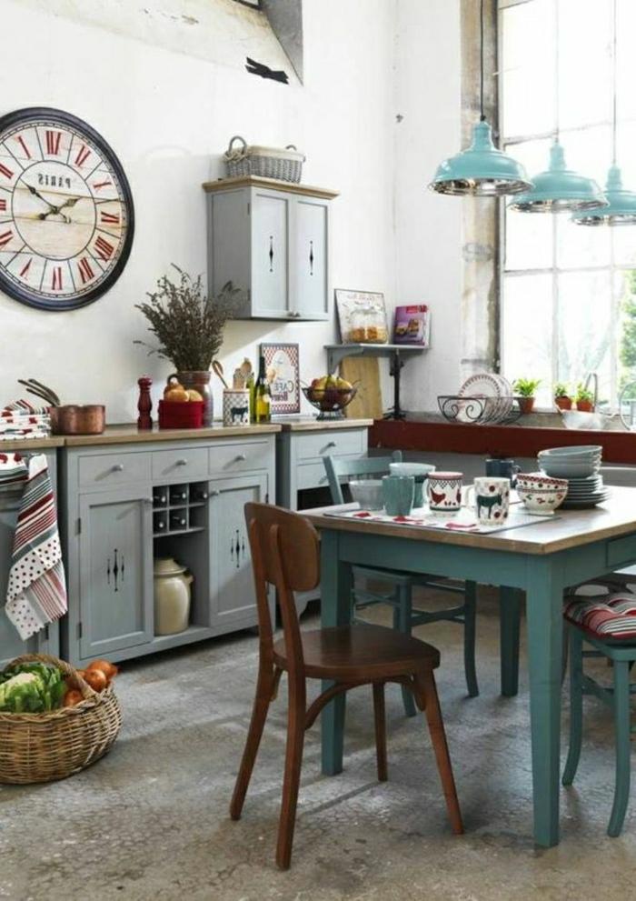 Küche-industrielle-Elemente-alte-Wanduhren