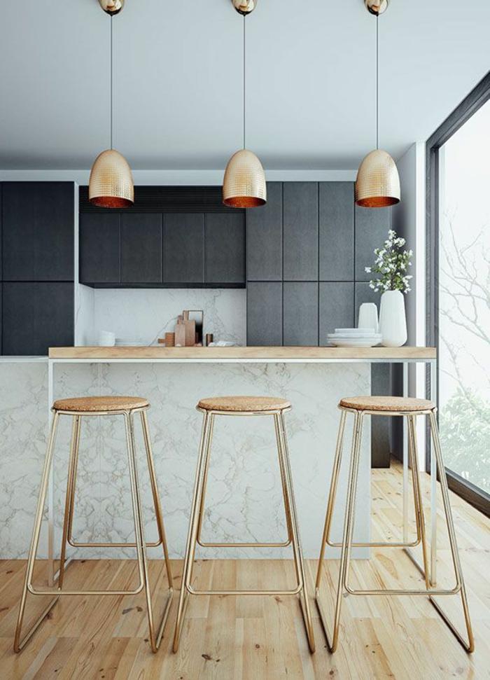 Küche-minimalistisches-Interieur-Kupfer-Barhocker-Leuchten
