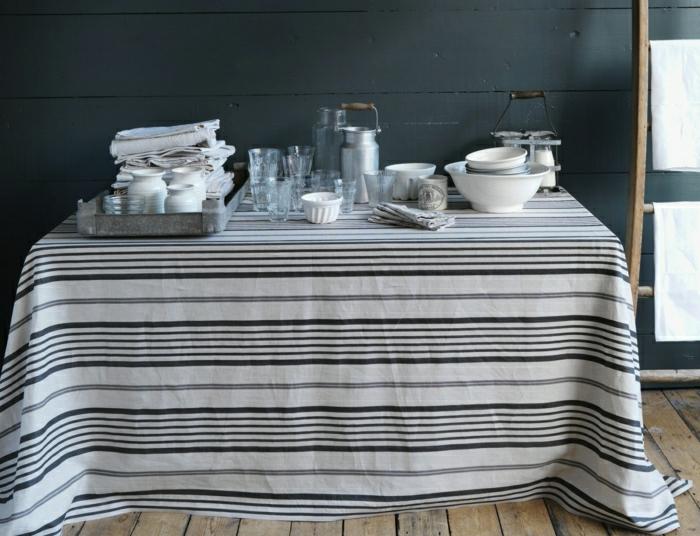 Küche-rustikale-Gestaltung-Leinen-Tischdecke-Streifen-weiß-schwarz-Gläser-Geschirr