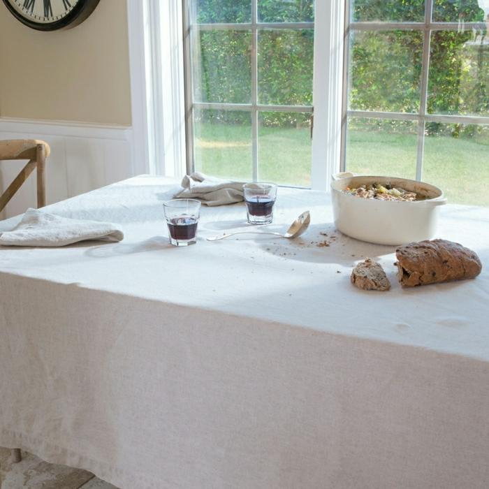 Küche-rustikale-Gestaltung-weiße-Tischdecke-Leinen-Mittagsessen