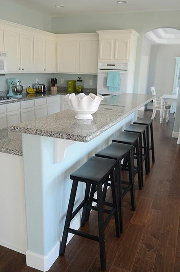 Küche-schlichtes-Design-schwarze-Hocker