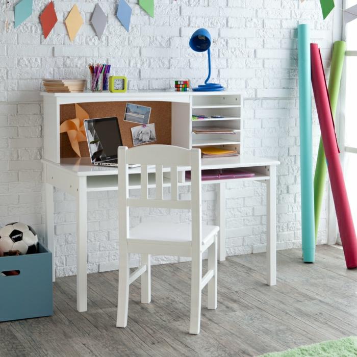 Kinderzimmer-Jugendzimmer-Schreibtisch-mit-Regal-weiß-blaue-Leselampe-Wecker-weiße-Ziegelwände-Wanddekoration-Fußball