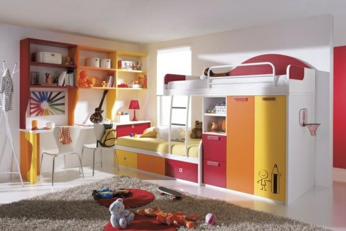 Kinderzimmer-Junge-grelle-Farben-Schreibtisch-Regalen-Gitarre-rote-Lampe-Plüschtiere-Hochbett-flaumiger-Teppich