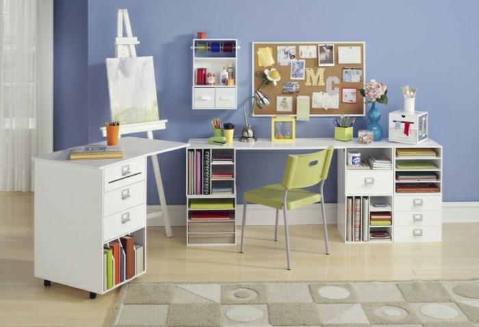 Kinderzimmer-Schreibtisch-Schubladen-kleine-Regale-Tafel-grüner-Stuhl-beige-Teppich