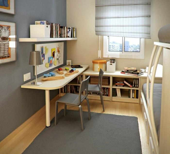 Kinderzimmer-Schreibtisch-mit-Regal-Hochbett-Bücher-graue-Stühle-Teppich-Wand