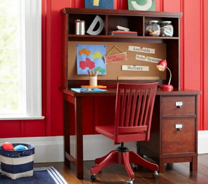 Kinderzimmer-rote-Wand-extravagante-Gestaltung-Schreibtisch-mit-Regal-roter-Stuhl-Rollen-Einweckgläser-Leselampe-blauer-Teppich