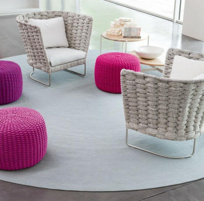 Möbel-aus-Polyrattan-rosige-sessel-weiß-kissen