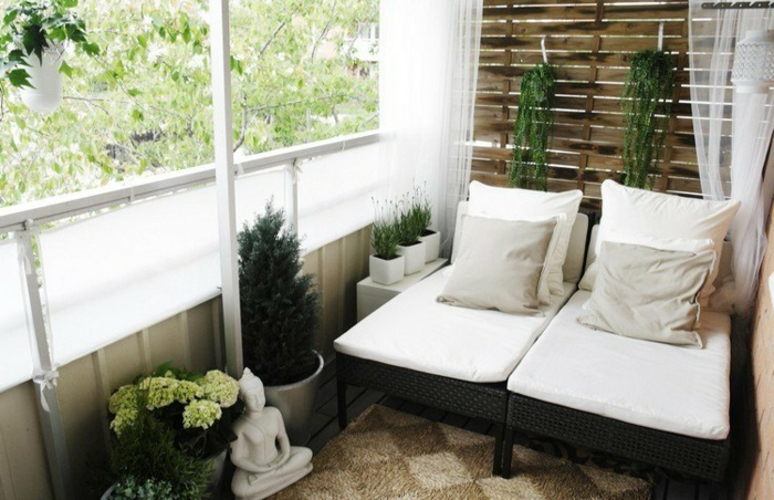 Möbel-aus-Polyrattan-sonnenliegen-kunstrattan-sichtschutz-gardinen