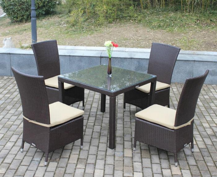 Möbel-aus-Polyrattan-stühle-tisch-glas