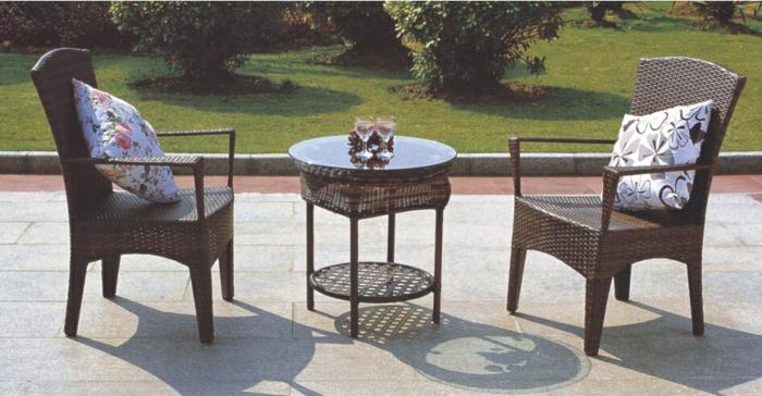 Möbel-aus-Polyrattan-zwei-stühle-kissen