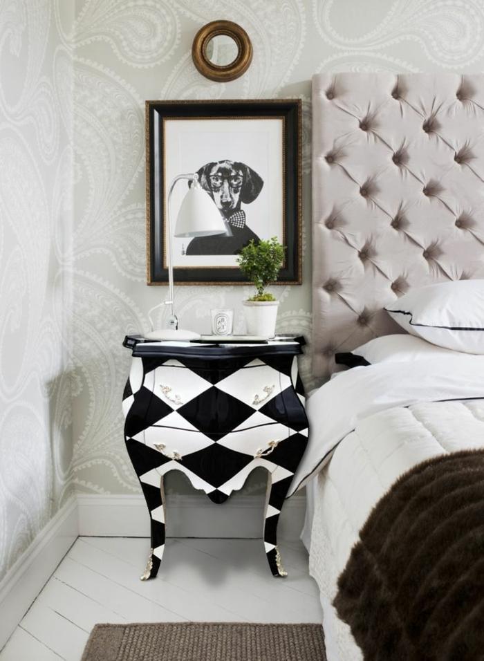 Nachttisch-Barock-Kommode-schwarz-weiß-schachbrettartig-goldene-Elemente-Schlafzimmer-Hund-Bild-Leselampe
