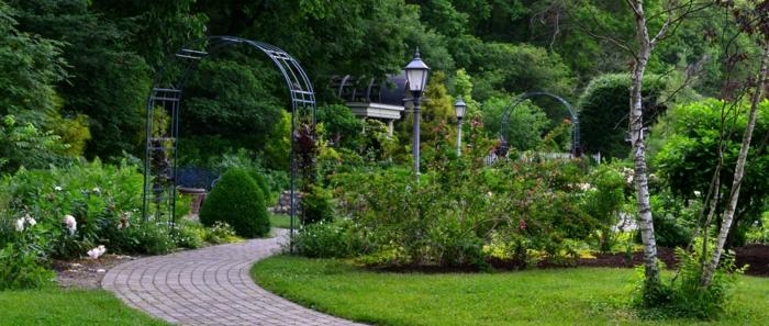Park-Garten-englisch-britisch-Grün-Büsche-Birke-Straßenlampen-Metall-Bogen