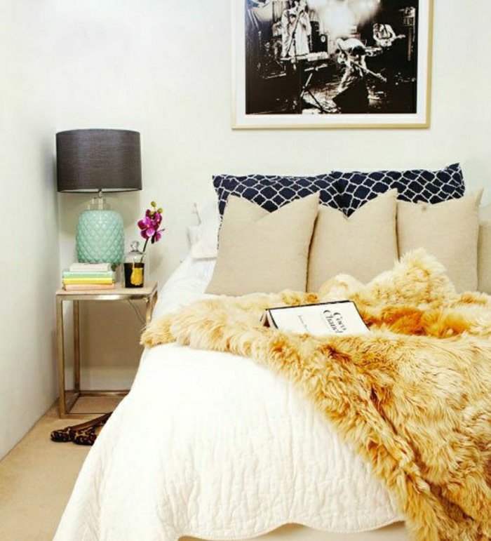 Pelz-Bettüberwurf-elegantes-Schlafzimmer-beige-Kissen