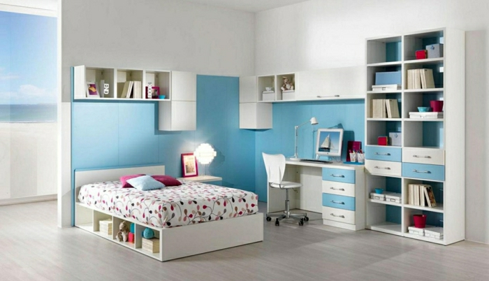Schlafzimmer-Mädchen-blaue-Akzente-breites-Bett-bunte-Bettwäsche-Schreibtisch-Computer-Leselampe-Regale-Schubladen-Oberschrank