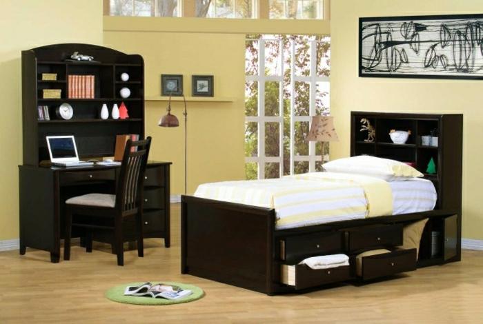 Schlafzimmer-gelbe-Wände-schwarze-Möbel-Bett-Schubladen-Schreibtisch-Regale-Laptop-Stehlampe