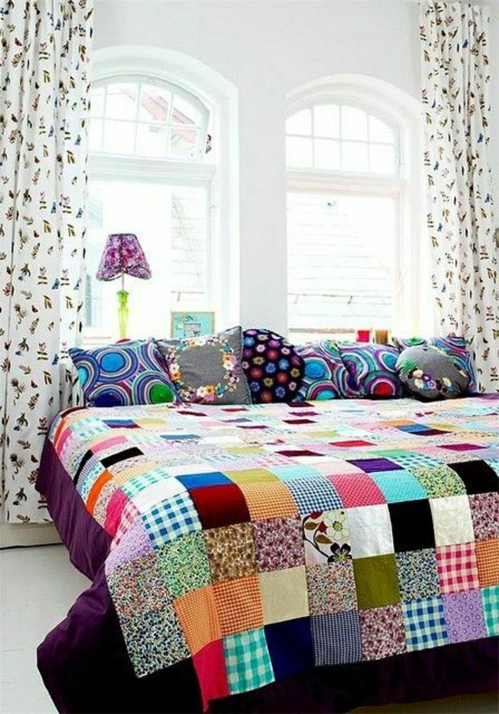 Schlafzimmer-großes-Bett-Tagesdecke-Patchwork-bunte-Kissen