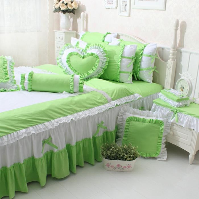 Schlafzimmer-romantische-Gestaltung-weiß-grün-Herzen-Kissen-shabby-chic-Stil-Bänder