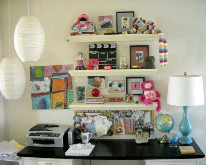 Schreibtisch-Regale-Souvenirs-Telefon-Printer-Lampe-Globus-Papierlampen-Bild