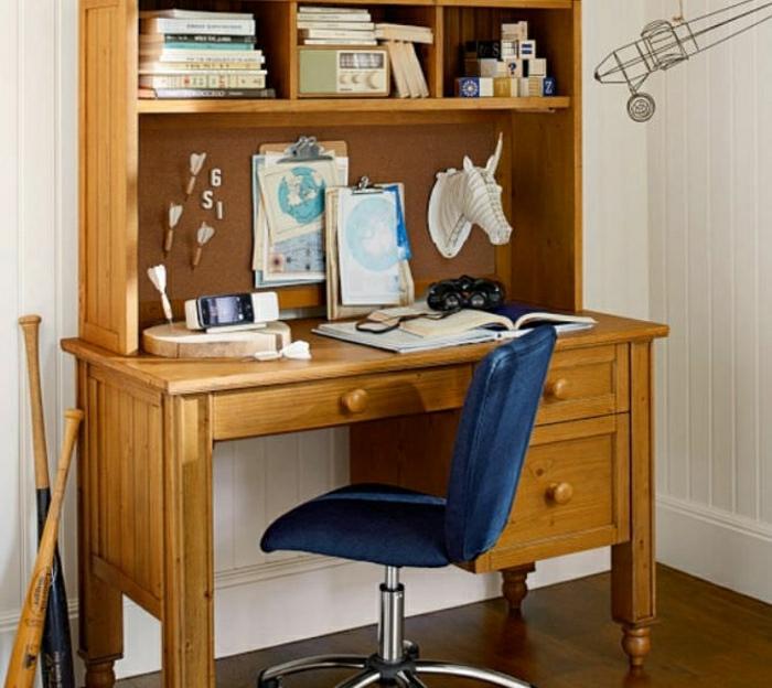 Schreibtisch-mit-Regal-Holz-vintage-Bücher-blauer-Stuhl