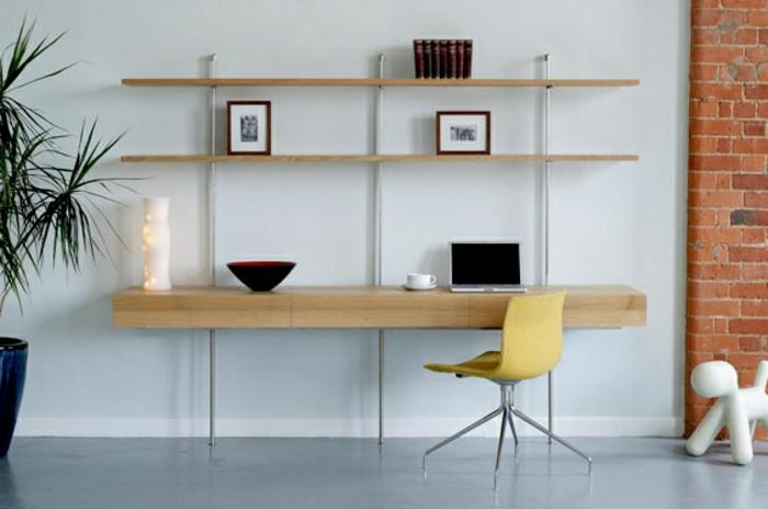 Schreibtisch-mit-Regal-stilvoll-elegant-Laptop-gelber-Stuhl-Bücher-Bilder-Blumentopf