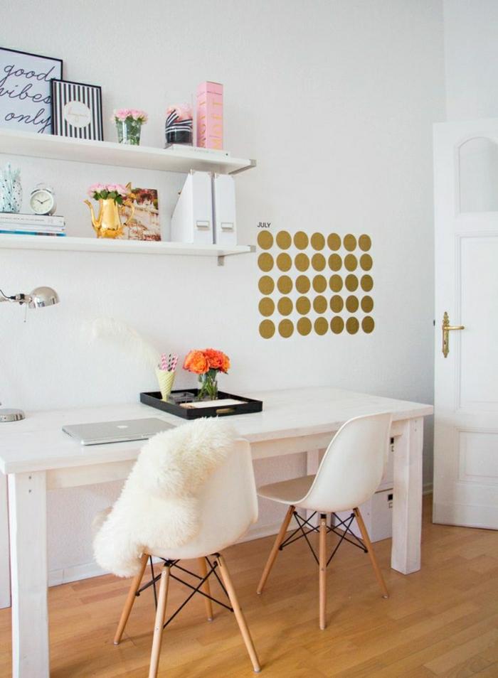 Schreibtisch-mit-Regal-weiß-Stuhl-interessantes-Design-Pelz-orange-Blumen-Laptop-Leselampe-Wecker-goldene-Wandtattoo