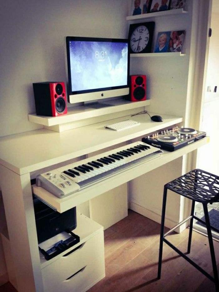 Schreibtisch-mit-Regal-weiß-elektronisches-Klavier-Mac