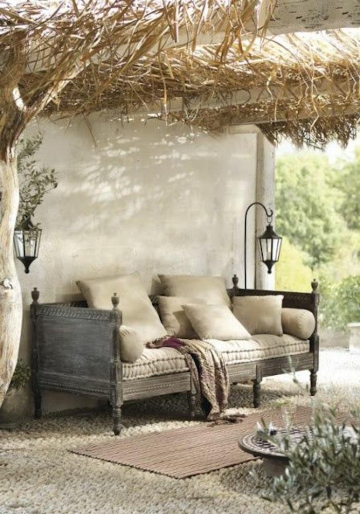 Sofa-Bett-rustikale-Stehlampen-Gartenmöbel-Heu-Landhausstil