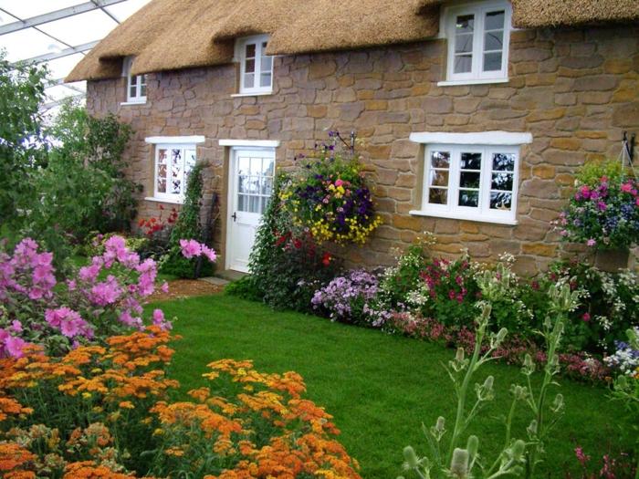 Stein-Haus-britischer-Garten-viele-Blumen